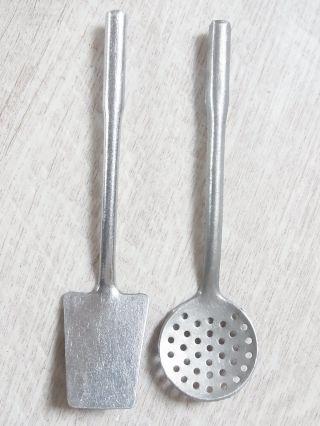 2 Alte Kellen Aus Alu Blech Für Die Puppenküche Mit Haken Zum Anhängen - 10 Cm Bild