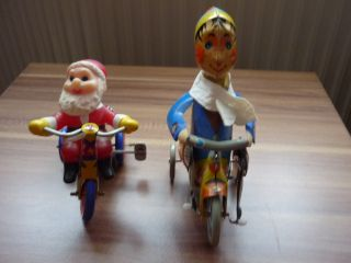 Weihnachtsmann Und Lustiger Junge Auf Dem Dreirad Mit Federwerksantrieb Bild