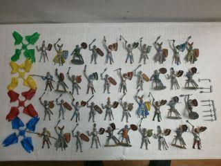 Konvolut 40 Alte Handbemalte Merten Kunststoff Figuren Ritter,  Umhänge Zu 4cm Bild