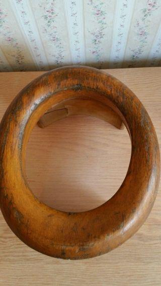 Vintage Profile Brim Block Millinery Wood Hat Maing Hutform Auf Sockel Aus Holz Bild