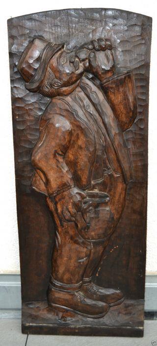 Alte Groß Holzschnitzerei Reliefbild Mann Mit Weinglas Und Krug Um 1920 Bild