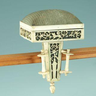 Nadelkissen Mit Tischzwinge 1850 Geschnitztes Bein Russland Pincushion Sewing Bild