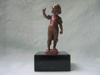 Knabe,  Bronze Um 1900 Signiert Auf Schwarzem Marmorsockel Stehend Bild