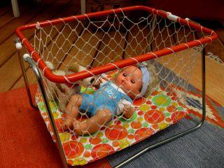 Seltener Puppenlaufstall 60er Jahre,  Babypuppe Matell,  Alter Steifterrierer Bild