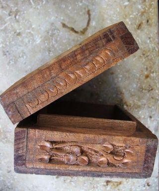 Antike Holzschatulle Mit Deckel Und Schnitzereien Bild