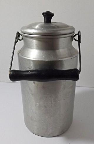 Kleine ältere Aluminium 2 Liter Milchkanne Mit Holzgriff Bild