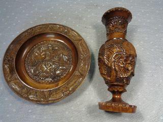 Geschnitzer Holzteller Und Holzvase Mit Blütendekor Bild