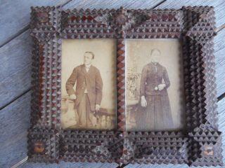 Uralter Rahmen Kerbschnitzerei Mit Zwei Portraitphotos Um 1900 Bild