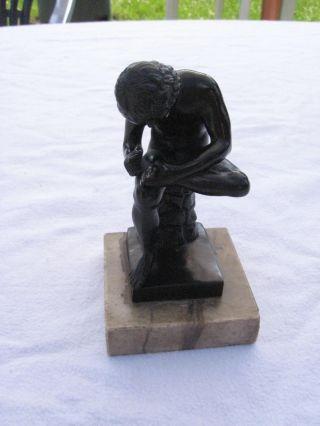Alte Skulptur Statur Sitzender Junge Aus Zinn Auf Marmorsockel Bild