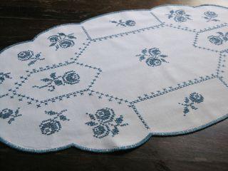 Schicker Weißer Leinen Tischläufer Mit Blauer Stickerei Handarbeit 75 X 39 Cm Bild