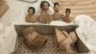 Antike Brustblattpuppen/ Porzellan Puppen Mit Hüten Puppenstube Puppenhaus Bild