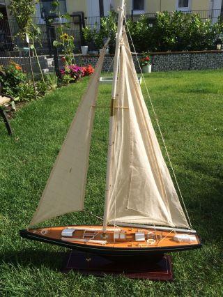 Segelboot Segelschiff Segelyacht Holz Blau Und Rot Deko Standmodell. Bild