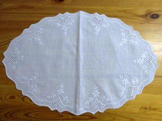 Batist - Deckchen,  Weiß,  Oval 26,  5 X 39,  5 Cm,  Weiß - Und Lochstickerei,  Bogenrand Bild
