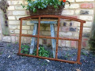 Eisenfenster Mit Stichbogen - Schöne Antik - Form Stallfenster Für Gartenmauer Bild