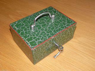 Alte Geldkassette,  19x14x8 Cm,  Grün,  Schrumpflack,  Metall - Münz - Einsatz,  2 Schl. Bild