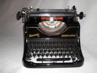 Historische Büroschreibmaschine Rheinmetall Kyrillische Schrift Bild