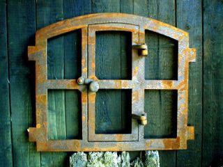 Eisenfenster Mit Tür,  Antik - Ländlich Zum Öffnen,  Stallfenster Für Gartenmauer Bild