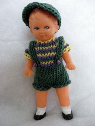 Puppenstube - Puppenkleidung Für Ein 9 Cm Großes Püppchen Bild