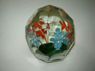 Paperweight.  Facettiert.  Böhmen.  Klassische Form.  5 Blumen. Bild