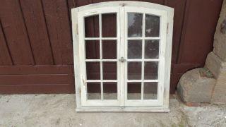 Historisches Sprossenfenster,  Holzfenster Mit Rahmen & Segmentbogen Bild