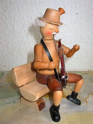 Raeuchermaennchen Opa Auf Der Bank Mit Gittare Holzfigur Bild
