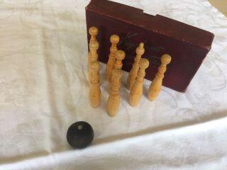 Altes Holzspielzeug - Tisch Kegelspiel - Kegelsport Auf Dem Tische Bild