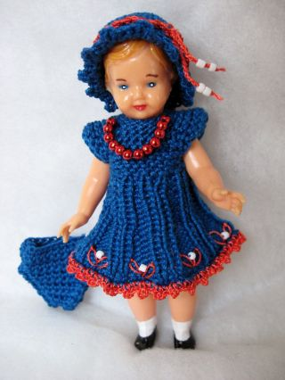 Puppenstube - Puppenkleidung Für Ein 10 Cm Großes Püppchen Bild