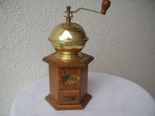 Wunderschöne Hohe Kaffeemühle Aus Holz Und Messing Mit Malwerk Aus Eisen Bild