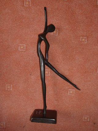 Die Tänzerin - Moderne Bronzeskulptur Bodrul Khalique Bild
