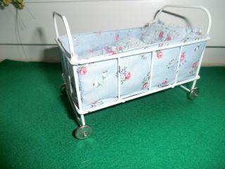 Altes Puppenbett Aus Metall/ Metallfüße Bild