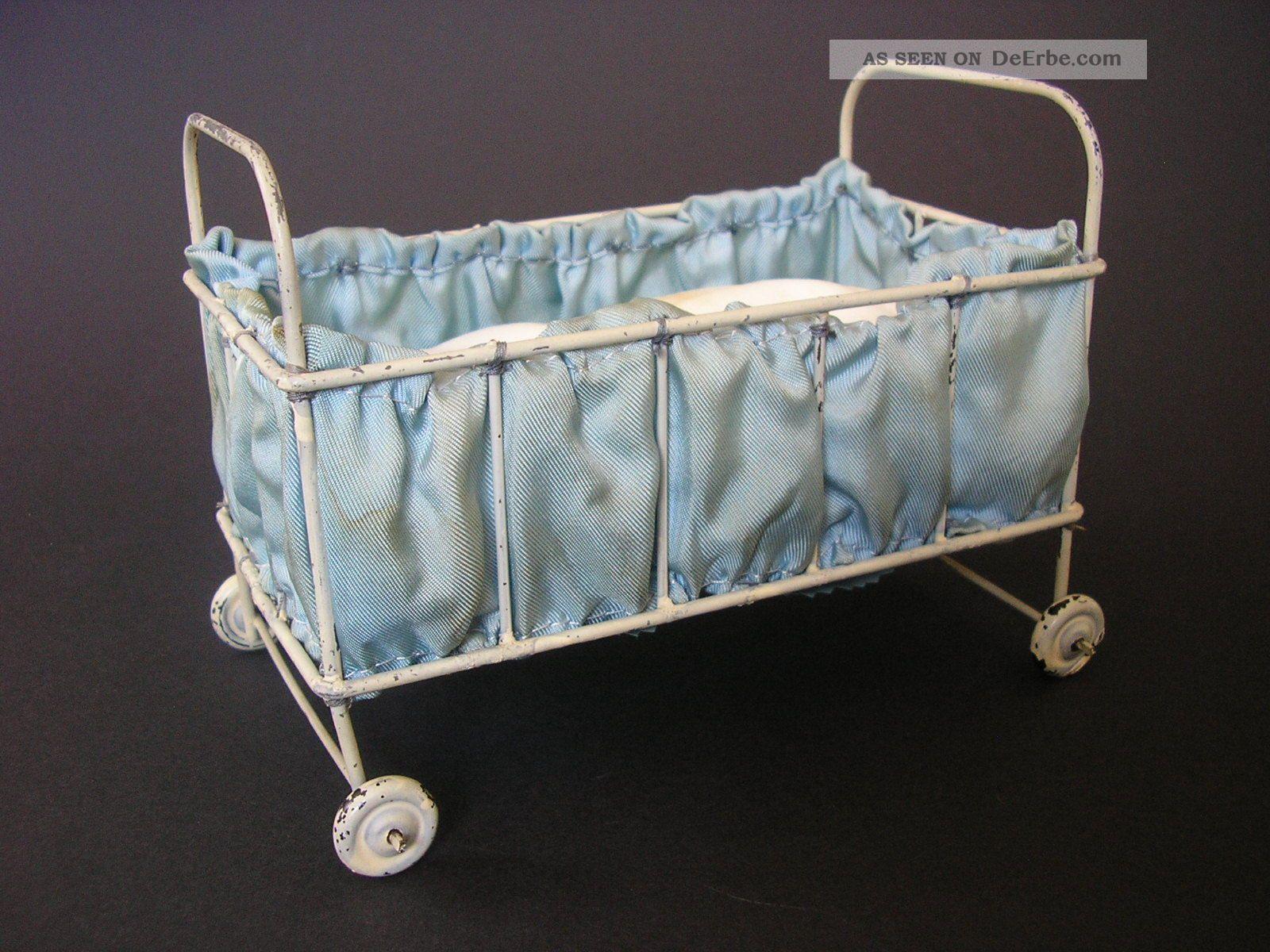 Antikes Puppenbett Mit RÄdern Bett Mit Matratze Puppenstube Blech Selten Original, gefertigt 1945-1970 Bild