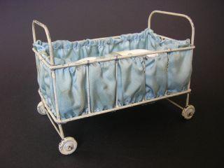 Antikes Puppenbett Mit RÄdern Bett Mit Matratze Puppenstube Blech Selten Bild