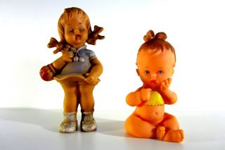 Sehr Alte Schildkröt Puppen 60er Gummi Mädchen Im Kleid Und Sitzendes Baby Bild