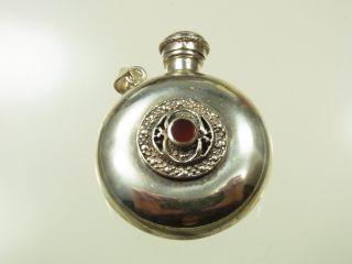 Schönes Silber Riechfläschchen Schöne Handarbeit Mit Roten Stein Als Anhänger Bild