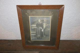 Alte Fotografie Junge Frau In Schöner Tracht Im Holzrahmen Hinter Glas Bild