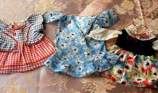 3 Hübsche Puppenkleider Für Mittelgrosse Puppen - Antik Bild