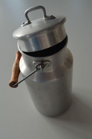 Alte Milchkanne Alumilchkanne Mit Deckel Und Holzgriff Bild