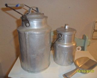 2 Verbeulte Milchkannen Und Eine Schaufel Aus Aluminium Bild