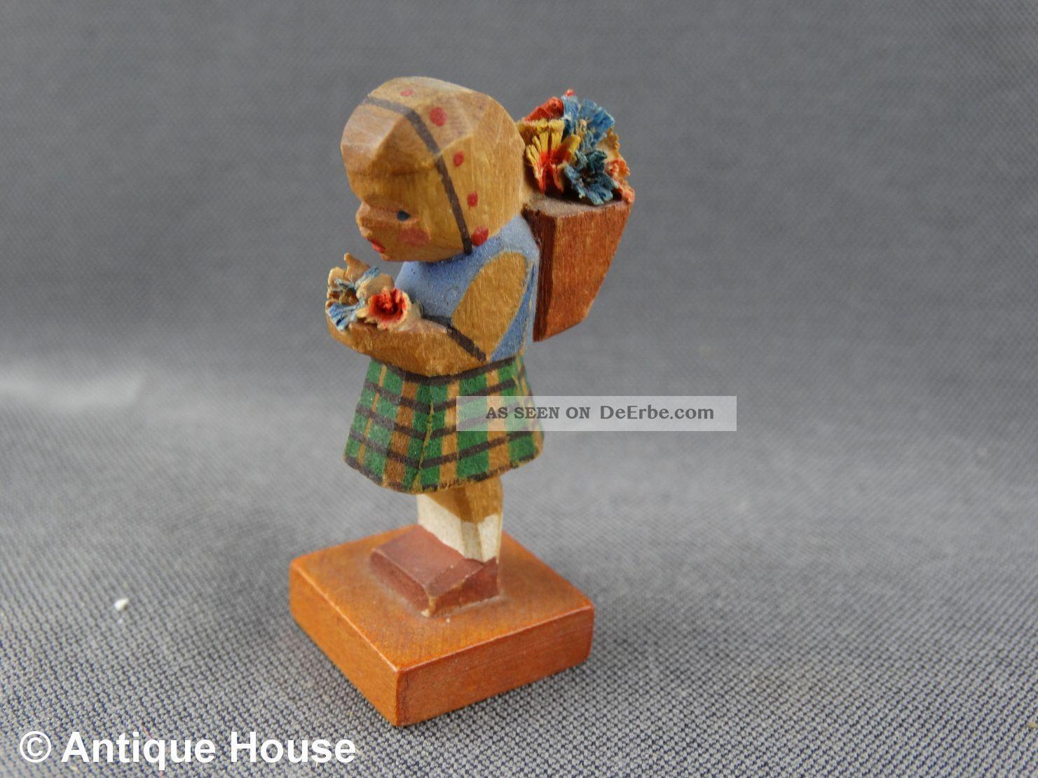 Erzgebirge Volkskunst Holzfigur Emil Helbig Mädchen Mit Blumenkiepe Karierter Ro Objekte nach 1945 Bild