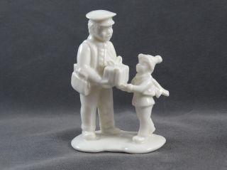 Porzellanfigur Postbote Mit Kind Und Paket Bild