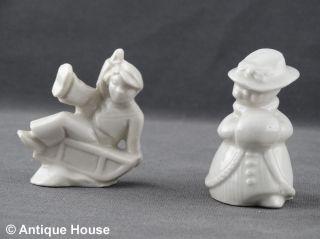 2 Kleine Porzellanfiguren Weiß Unbemalt Schlittenfahrer Und Dame Mit Muff Bild