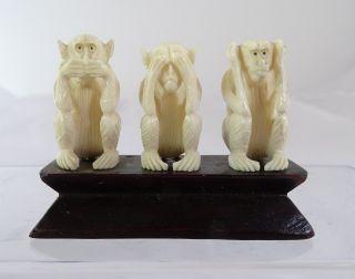 3 Affen Nichts Hören Sehen Sprechen Bein Handarbeit Auf Holzsockel Bild