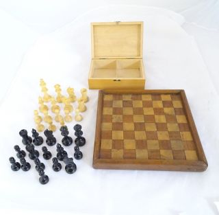 Antikes Schachspiel Mit Brett Und Allen Figuren Aus Holz Bild