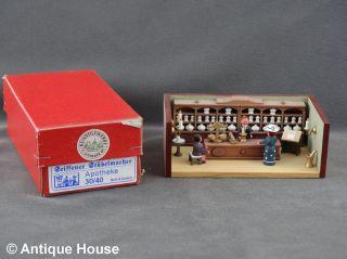 Erzgebirge Volkskunst Miniatur Seiffener Stübelmacher Apotheke Bild