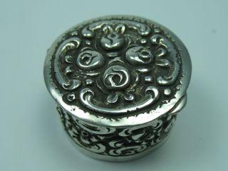 Wunderschöne Reich Verzierte Kleine Pillendose Aus 800 Silber Bild