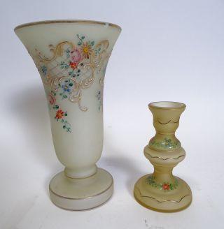 Ältere Glas Vase Und Kerzenhalter Mit Blumendekor Und Goldrand Verziert Bild