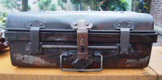 Antiker Metall - Koffer.  Seemannskiste Metallkiste.  Vintage. Bild