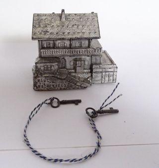 Antike Spardose Haus Wachenfeld Metall Dose Inkl.  Paar Seltene Schlüssel Bild
