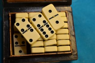 Altes Gut Erhaltenes Dominospiel In Holzschatulle Bild
