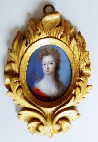 Barocke Miniatur Porträt Darstellung Einer Höfischen Dame In Rotem Kleid Um 1700 Bild